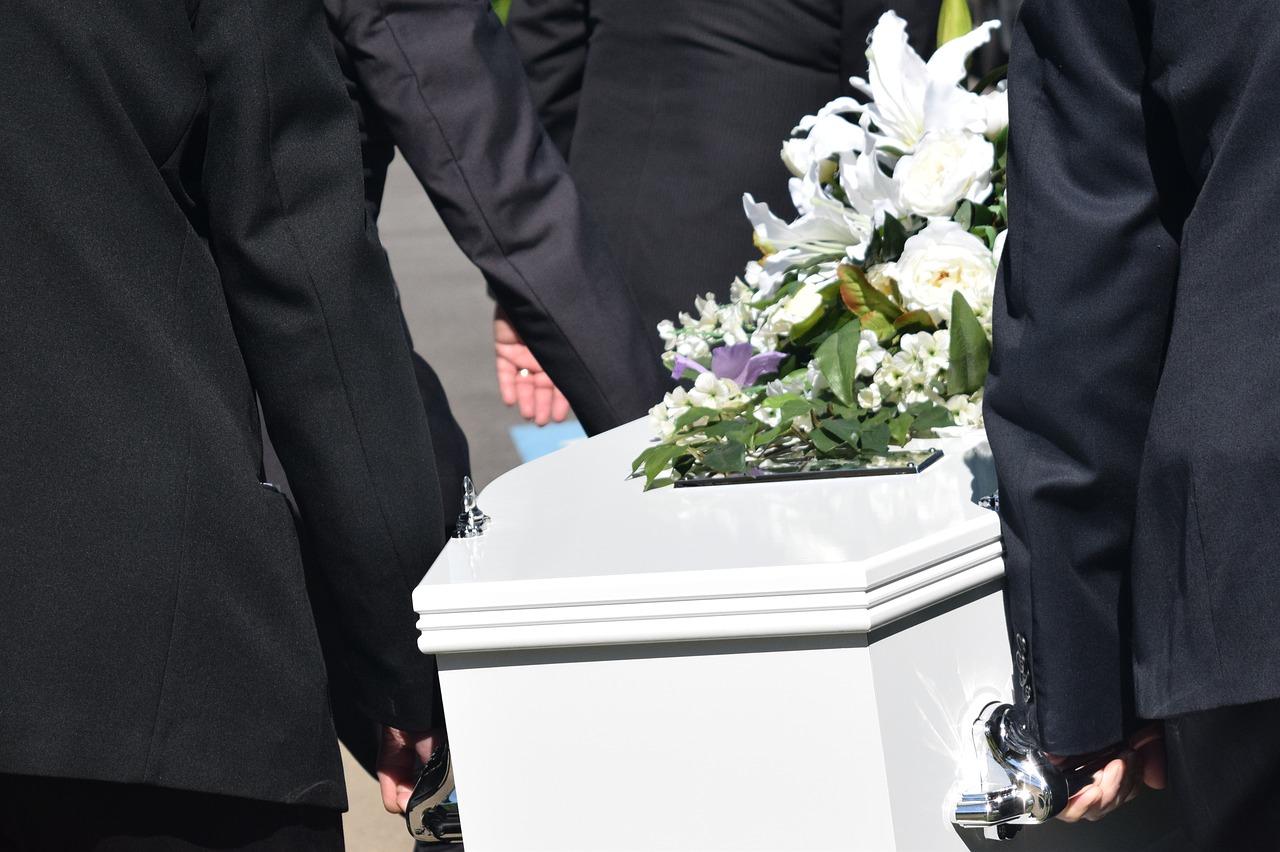 Cum sa organizezi o inmormantare atunci cand esti la pamant